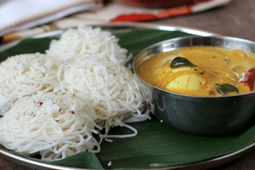 Idi appa (tolvas de cuerdas) con huevo al curry